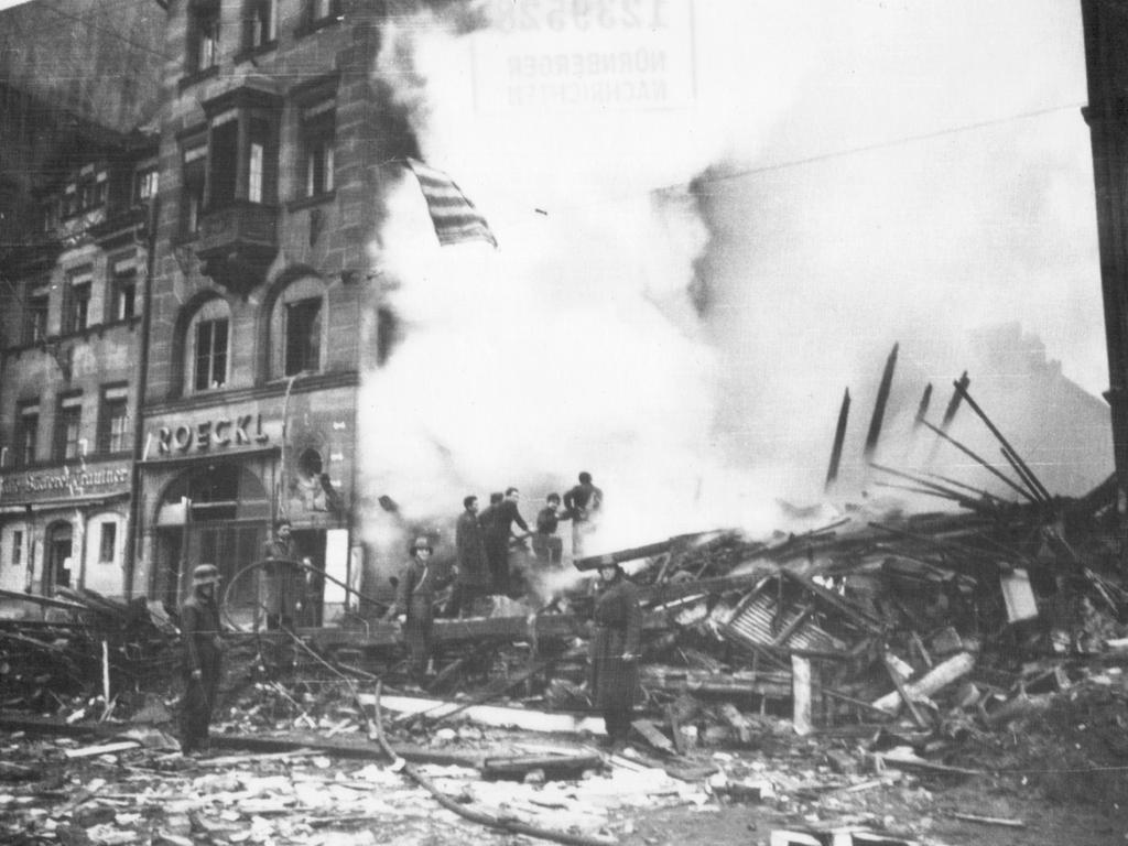 FOTO: Privat. MOTIV:  Bombenangriff, Trümmer, Ruinen, Königstraße. Löscharbeiten. Veröffentlicht im Sonderdruck am 11.11.1994.