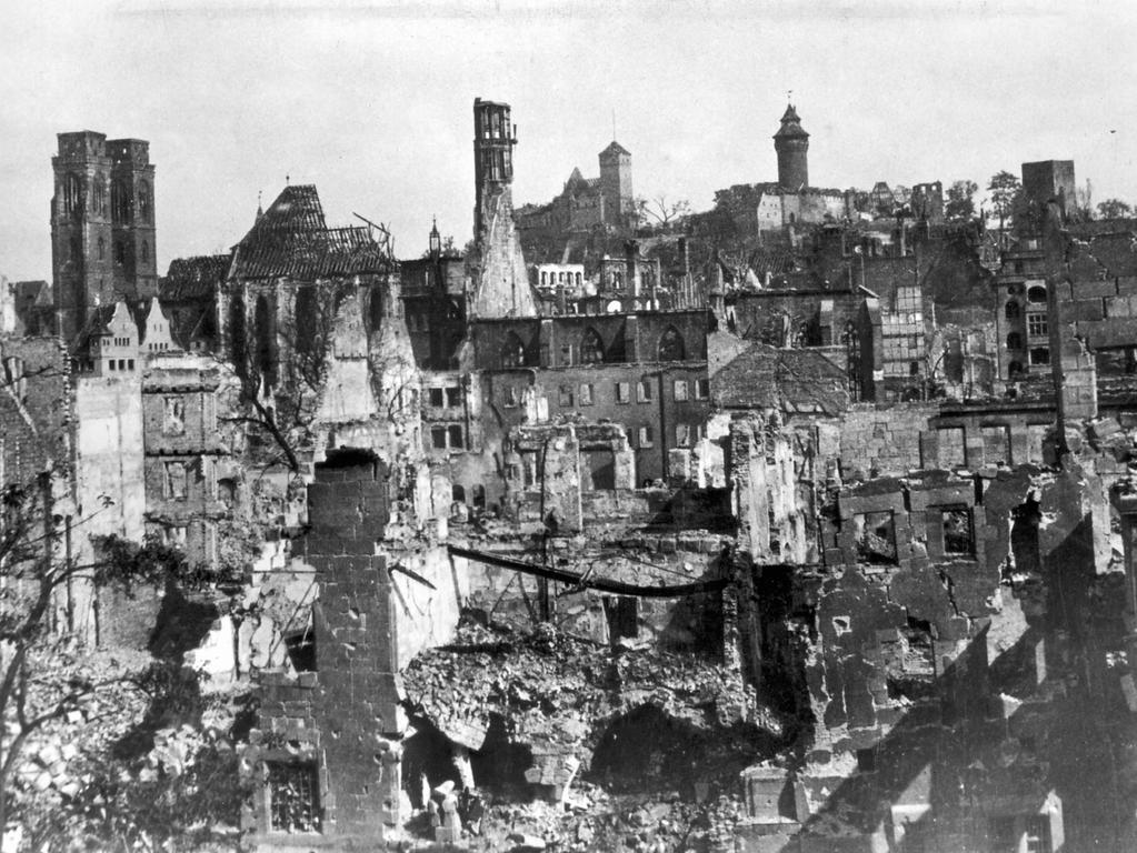 Zerstörung in Nürnberg: Blick von der Findelgasse gegen die Burg - Aufnahme 1945  Foto: Hochbauamt