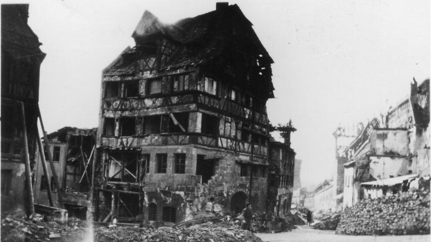 ... das Feuer mit Wasser löschte und so verhinderte, dass das Geburtshaus des Malers vollständig zerstört wurde.