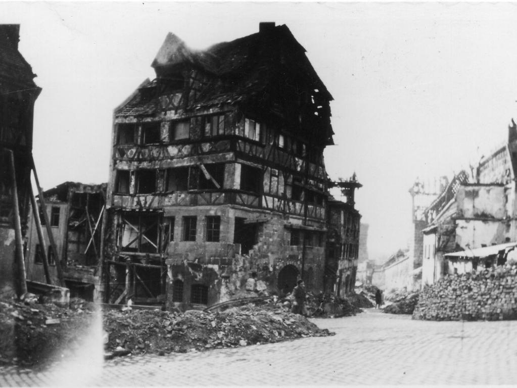 Motiv: Albrecht-Dürer-Haus - Dürerhaus - nach Kriegsende 1945, zerstört, Ruine - Quelle: keine Angaben