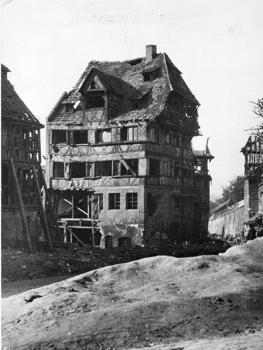 Motiv: Albrecht-Dürer-Haus - Dürerhaus - nach Kriegsende 1945, zerstört - Quelle: Stadt Nürnberg, Hochbauamt, Bild-Nr. Fi A 19