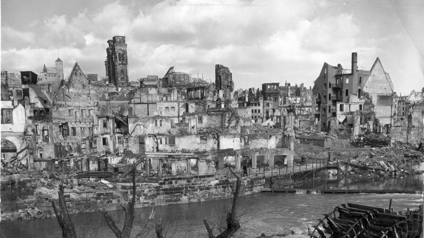 Die Häuser verdampften in einer Feuersglut, berichten Zeitzeugen heute noch. Die Menschen verbrennen, ersticken, werden von Trümmern erschlagen, durch Bomben zerrissen.