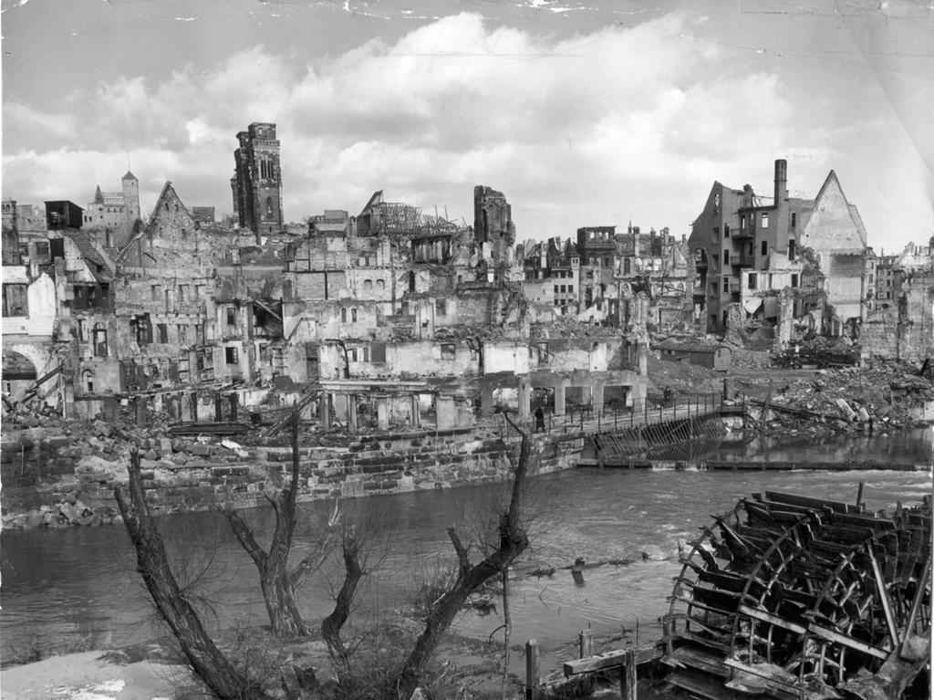 Foto: Ray d'Addario Motiv: Nürnberg, Geschichte, Trümmerjahre zerstörte Häuser jenseits der Pegnitz, Sebalduskirche veröffentlicht am 10.12.1999 BU: