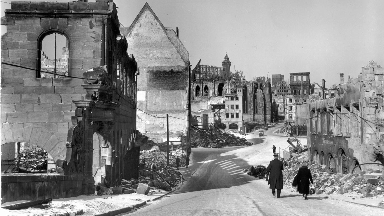 Der Hauptmarkt liegt nach der verheerenden Nacht des 2. Januars 1945 in Trümmern.