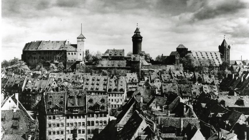 ... waren über Jahrhunderte organisch gewachsen. Die Stadt verfügte über einen reichen Bestand an großartigen Bauten und Kultur. Schon ab 1940 sicherten die Nazis Gemälde in Bunkern der Stadt, um sie vor Angriffen zu schützen.