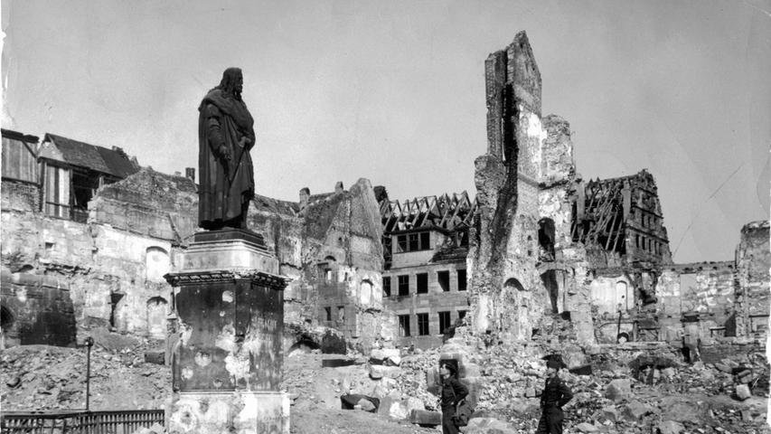 Eine Millionen Brandbomben, 100 Luftminen und 6000 Sprengbomben gingen in der Nacht auf Nürnberg nieder.