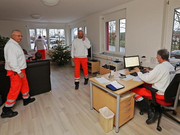 Im neuen Aufenthaltsraum haben sich die Mitarbeiter des BRK-Rettungsdienstes schon eingerichtet, nur die Wände sind noch etwas kahl. Bald soll sich das aber auch ändern. Am 5. Dezember haben die Helfer ihr neues Quartier in der Ezzilostraße bezogen.
