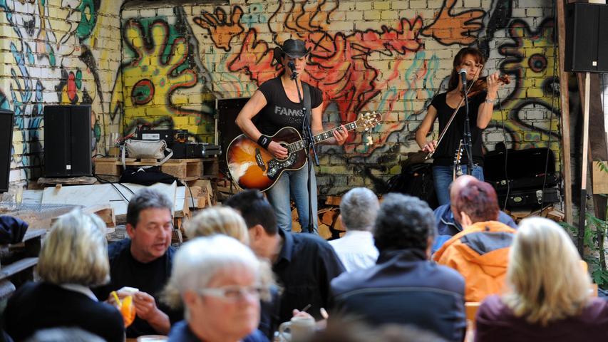 Mit musikalischer Untermalung kann man es sich auch im schmucken Biertgarten gutgehen lassen.