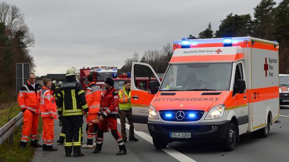 Auto prallt auf A3 auf Sattelzug: Alle vier Insassen sind tot