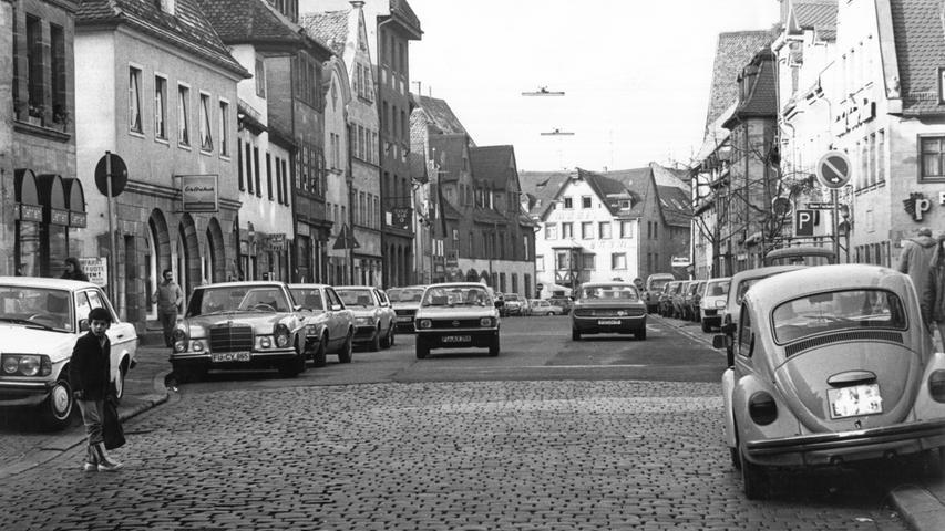 Als Teil der B8 ist die Gustavstraße 1982 eine der meistbefahrenen Straßen der Stadt. Das soll sich rasch ändern. Das Stadtentwicklungsamt legt seine Pläne zur Verkehrsberuhigung dar. Der erste Schritt - eine Anhebung der Einmünungen am Anfang, in der Mitte und am Ende - war mit 150.000 Mark veranschlagt. Geld, das der Haushalt eigentlich nicht hergab.