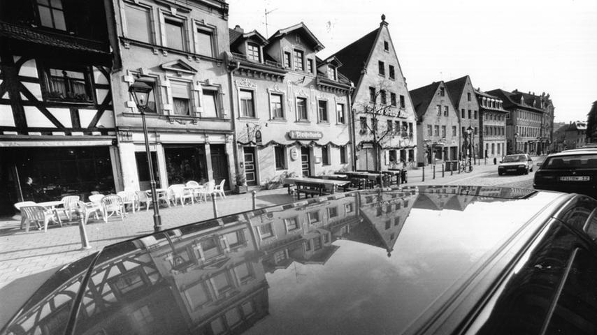 1996 wird diese Regelung auf das ganze Stadtgebiet ausgeweitet. In ganz Fürth darf nun draußen bis 23 Uhr bewirtet werden. Im gleichen Jahr laden erstmals Wirte zum Weinfest in die Gustavstraße. Vier Tage lang wird gefeiert. Ab 1997 sind es dann sechs Tage.