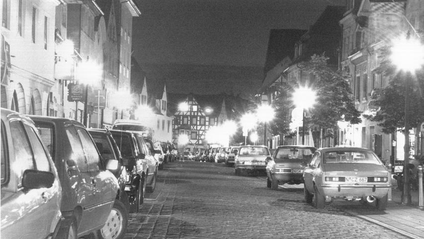 1990 wird ein nächtliches Fahr- und Halteverbot für die Gustavstraße beschlossen. Ausgenommen bleiben Anwohner und Besucher der Michaeliskirche. Drei Jahre später wird der nächste Schritt in Richtung