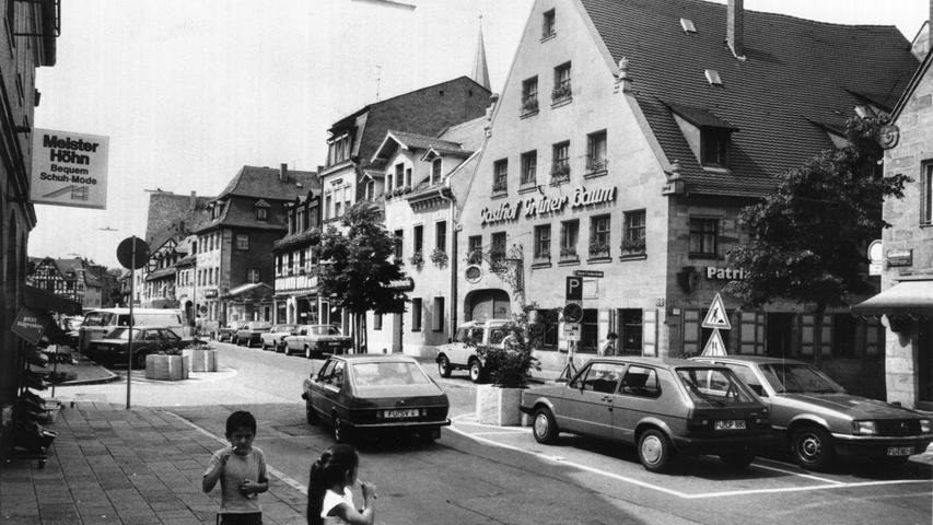 Der Stadtrat entscheidet sich 1983 mit 26:20 Stimmen gegen die Maßnahmen, weil die finanziellen Mittel fehlen. Nach den Kommunalwahlen 1984 findet das Bauamt in Zusammenarbeit mit einem Erlanger Architekturbüro doch noch einen Konsens, der allgemeine Zustimmung findet.