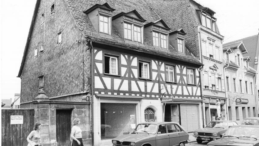 Schon 1980 wird entschieden: Der Grafflmarkt findet fortan zweimal im Jahr statt. Unser Bild zeigt die Hausnummer 40 in der Gustavstraße im Jahr 1981. Und Autos, wie sie damals eben aussahen.