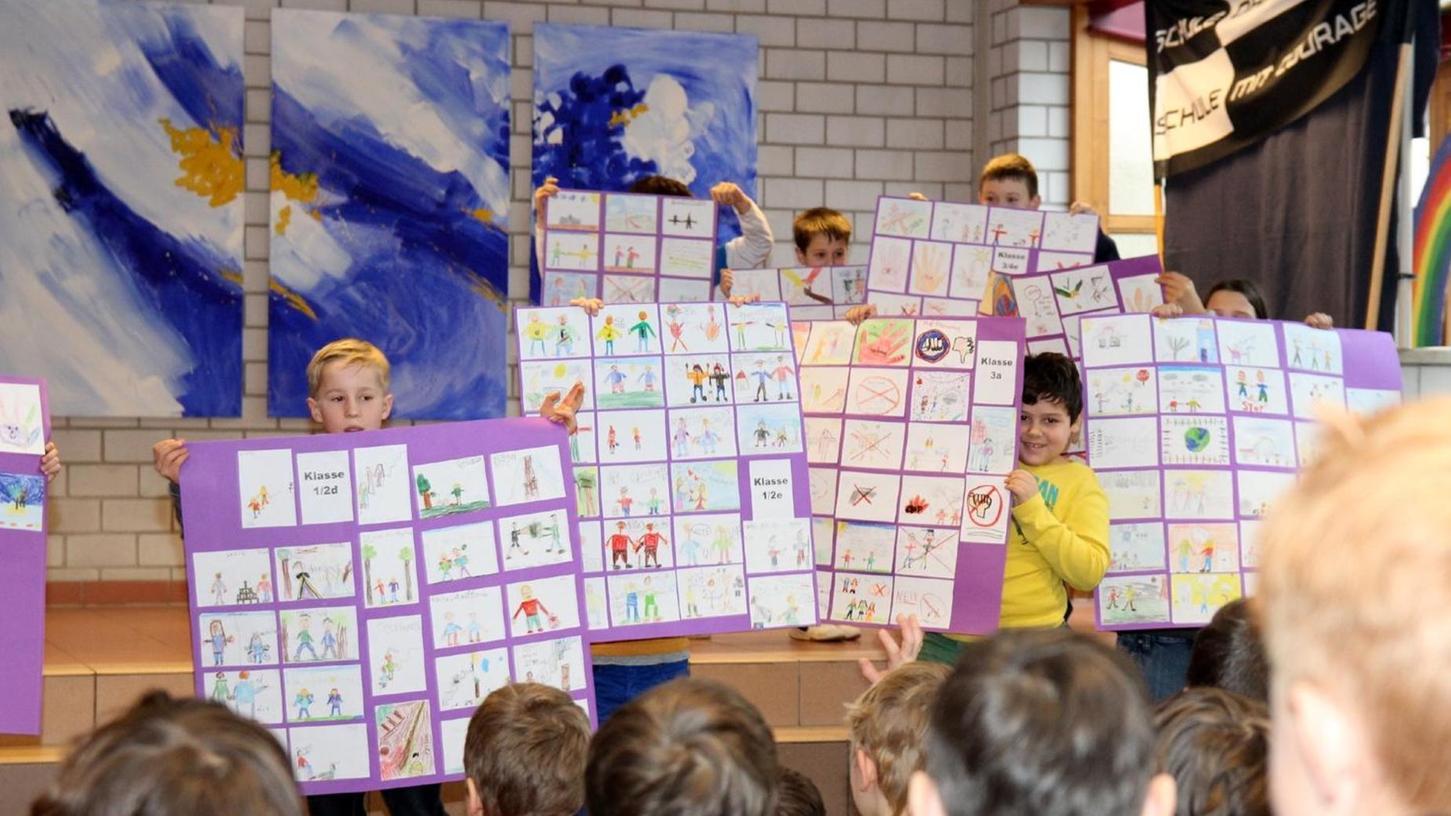 """""""Schule ohne Rassismus"""": Bilder und Plakate zum Thema hatten die Roßtaler Grundschüler unter anderem gemalt und präsentierten diese bei der Feier zur Übergabe der Urkunde."""