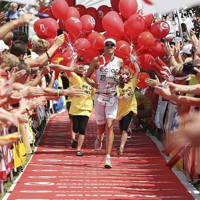 Er hatte guten Grund zum Strahlen: Bei seiner Debüt-Vorstellung in Roth gab der Däne Rasmus Henning richtig Gas und kam als Erster ins Ziel. Dort feierten ihn Tausende von begeisterten Triathlon-Fans.