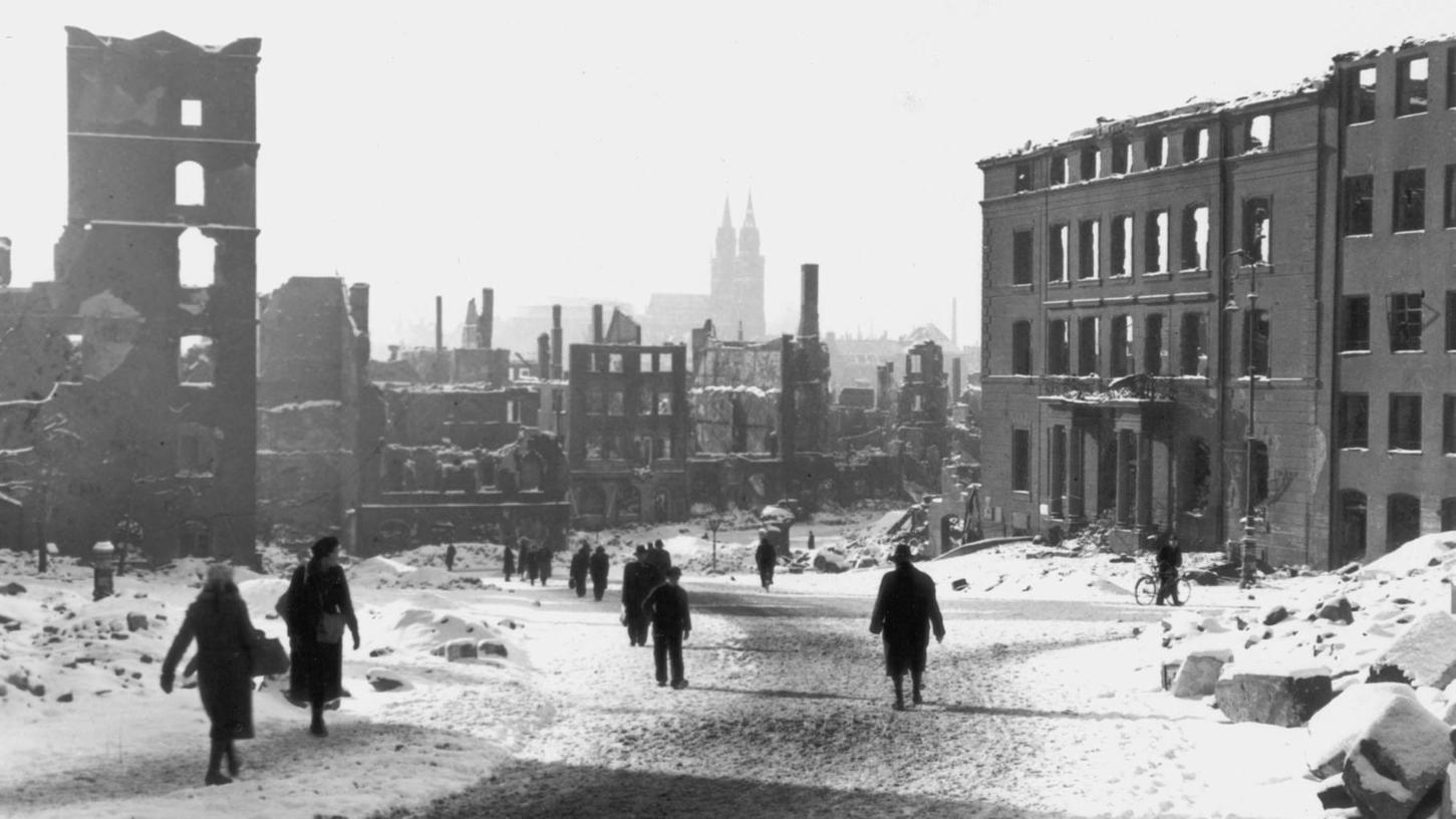 Der Egidienplatz mit Blick Richtung Süden nach Kriegsende 1945: eine einzige Ruinenlandschaft.