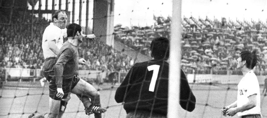 Nach zwei eher mittelmäßigen Auftritten zum Saison-Auftakt (2:0 gegen Karlsruhe, gerade noch 2:2 in Neunkirchen) deutete der Club am 3. Spieltag erstmals an, dass in den nächsten Monaten tatsächlich ein Wunder geschehen könnte. Gegen Uwe Seelers HSV (Foto aus dem September 1968) erzielte Franz Brungs seine ersten beiden Saisontreffer, nach den 90 einseitigen Minuten stand der Club erstmals in seiner Bundesliga-Geschichte auf Platz eins.