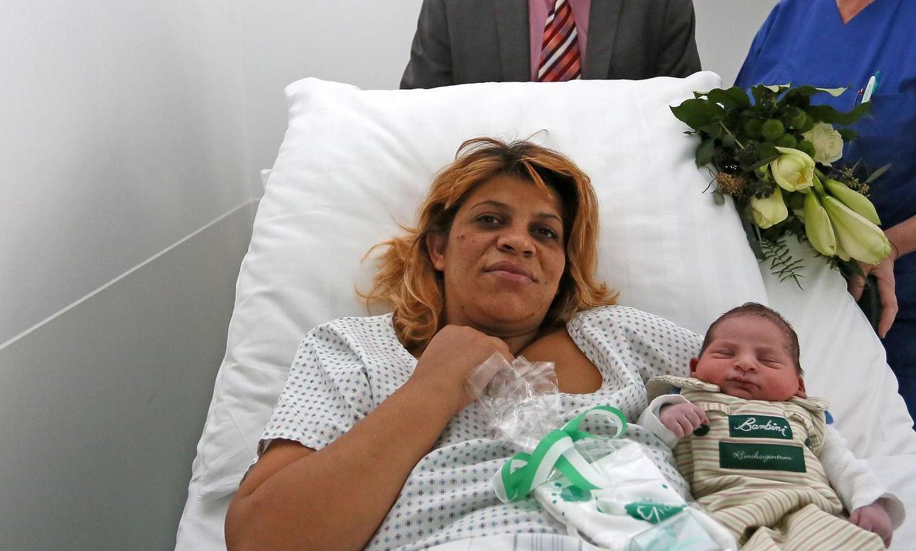 Glücklich kuschelt die Griechin Chalil Fatame mit ihrem