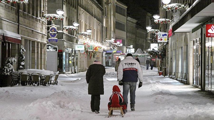 Auch die Fußgängerzone hat sich verändert: Unter dem Schnee verstecken sich Granitsteine aus China.