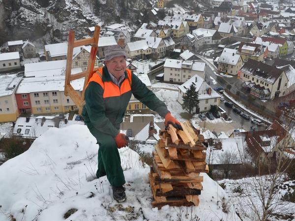 Mitten im Schnee haben Helfer die Feuerstellen hoch über Pottenstein aufgebaut, insgesamt sind es rund 800.
