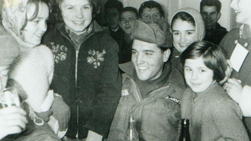 Wo Elvis außerhalb des Truppenübungsplatzes Grafenwöhr auftauchte, wurde er von  Autogrammjägern belagert, wie hier in Hirschau.