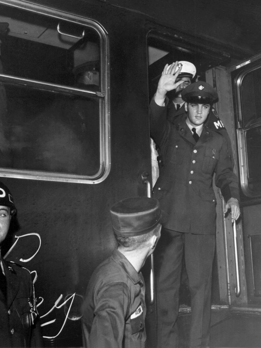 Elvis Presley steigt auf dem Bahnhof in Friedberg (Hessen) aus dem Zug. Fans  hatten die Ankunft des Sängers sehnsüchtig erwartet.