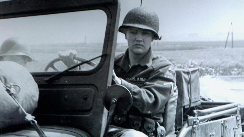 Elvis Presley im Jeep auf Oberpfälzer Straßen: Der King nahm  zwischen 1958 und 1960 als junger Besatzungsoldat an zwei Manövern am Truppenübungsplatz Grafenwöhr teil.