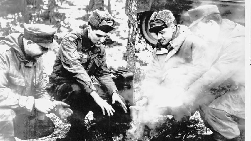 Elvis Presley wärmt sich im Oberpfälzer Winter die Hände an einem Lagerfeuer.  Neben ihm steht ein Benzinkanister - das hätte böse enden können.