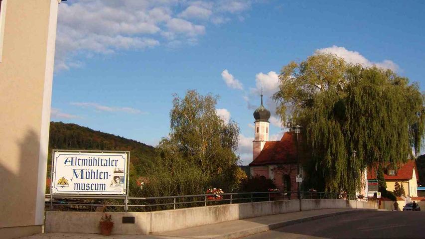 1958 bewachte er für kurze Zeit die Rengnathbrücke in Dietfurt. Nebenan im Mühlenmuseum erinnern 50 Fotos des Kings an diese Episode.