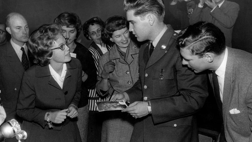Nach einer Pressekonferenz wird Elvis Presley am 2. Oktober 1958 in Friedberg von Journalisten und Fans umringt.