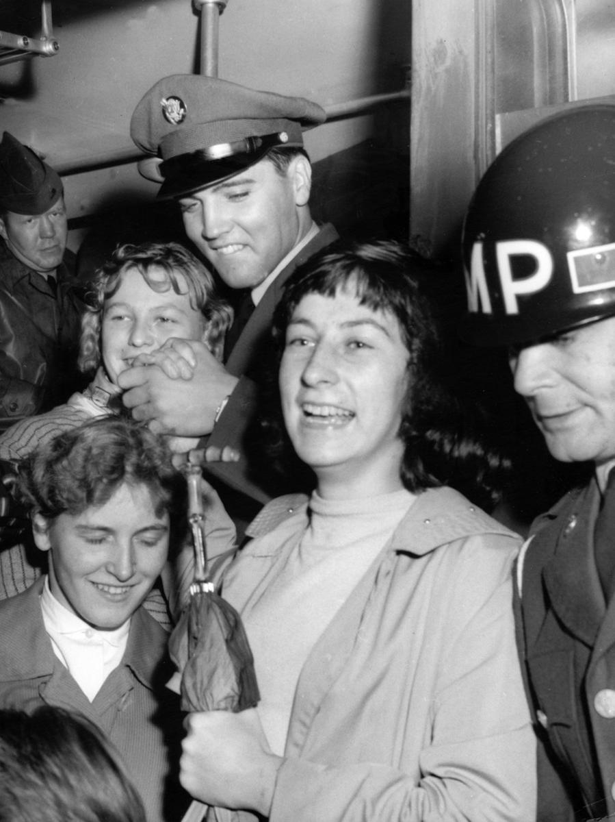 Elvis Presley trifft am 2.10.1958 mit dem Zug auf dem Kasernengelände in  Friedberg in Hessen ein, wo er von begeisterten weiblichen Fans begrüßt wird.