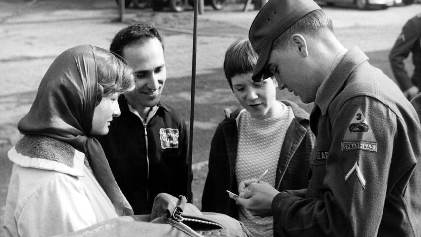 Am Tag der Offenen Tür der 3rd Armored Divion in den Ray Barracks in Friedberg gibt der King jungen Besuchern Autogramme.