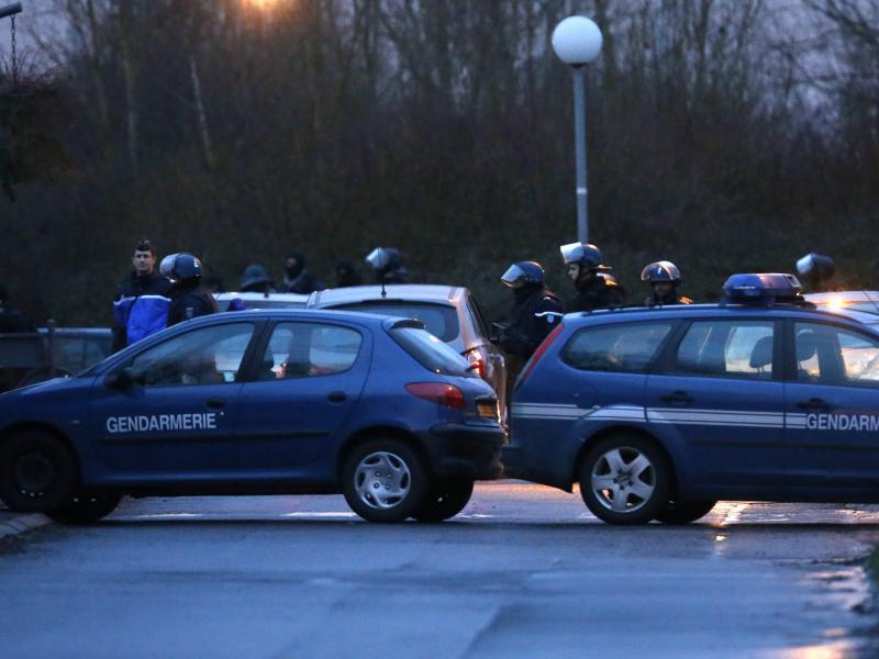 Straßensperre am Schauplatz des Polizeizugriffs, bei dem die mutmaßlichen «Charlie Hebdo»-Attentäter getötet wurden.