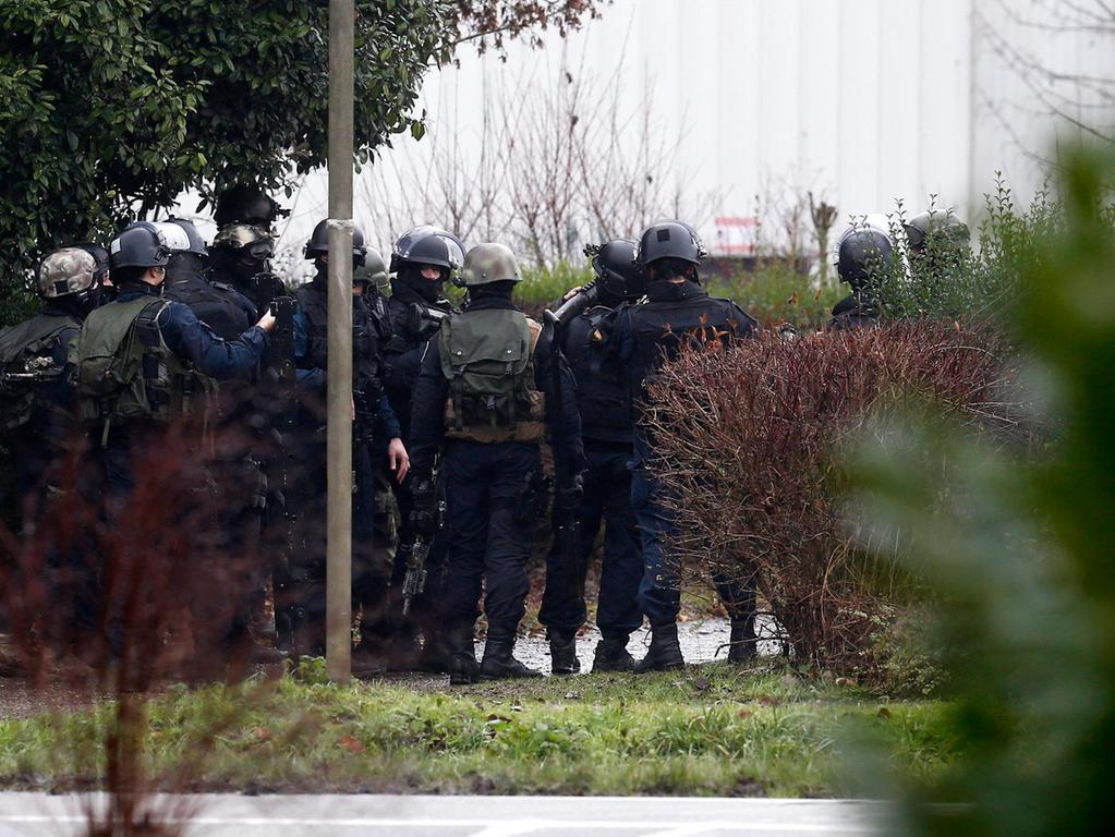 epa04551953 Police officers gather to prepare an assault in an industrial area  where the suspects in the shooting attack at the satirical French magazine  Charlie Hebdo headquarters are reportedly holding a hostage, in  Dammartin-en-Goele, some 40 kilometres north-east of Paris, France, 09 January  2015. There has been an exchange of fire, according to media reports.  EPA/ETIENNE LAURENT +++(c) dpa - Bildfunk+++