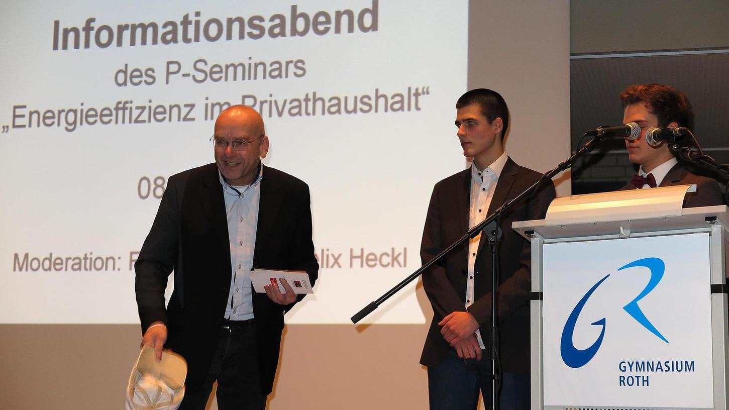 """Hut ab vor nachhaltigem Denken: """"Energiebündel""""-Vorsitzender Werner Emmer (links) zog vor der Projektgruppe des Gymnasiums Roth symbolisch die Mütze."""