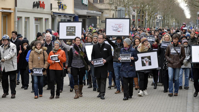 Allein am Sonntag gingen rund 1500 Menschen auf die Straße und zeigten sich solidarisch mit den Opfern der Anschläge von Paris.