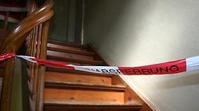 Nach Handgreiflichkeit: Mann schubst seinen Stiefvater die Treppe hinunter