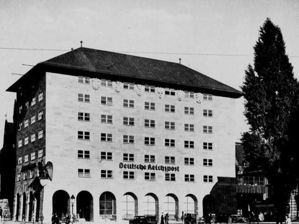 Unter den Nationalsozialisten wurden dem Gebäude die typischen NS-Insignien und ein mächtiges Dach verpasst. Die Abbildung zeigt den Zustand des Gebäudes im Jahr 1935.
