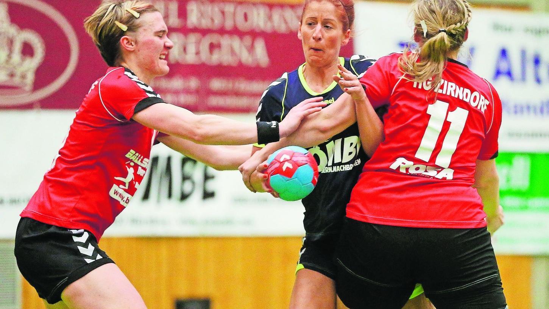 Die Bemühungen von Sandra Bremmer (TSV Altenberg, Mitte), hier gegen Anna Thary (11) und Evi Vogt (HG Zirndorf II), fruchteten nicht. Die Gäste gewannen in der Frauen-BOL klar.