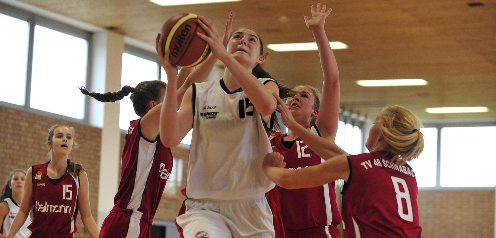 """Luisa (mit Ball) überragt ihre Spielerinnen mit ihrer Größe von 1,92 Metern. Daher spielt die 14-Jährige auch meistens auf der Position des """"Center"""", die einen guten Überblick verlangt. Luisas Traum ist es, in der Nationalmannschaft zu spielen und eine Profi-Karriere in den USA zu starten. Foto: Jochen Aumann"""