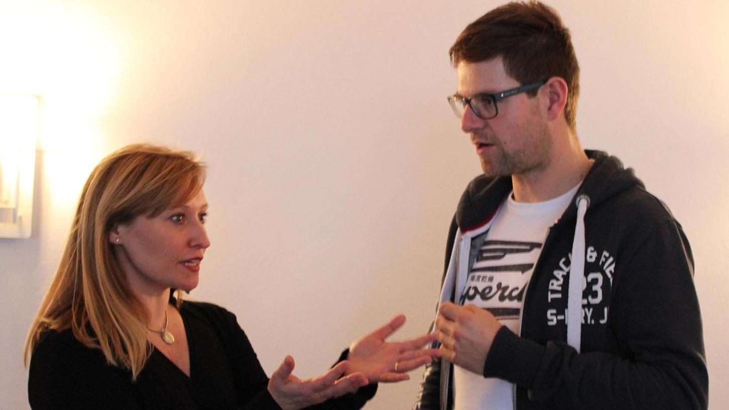 Gabrielle Odinis, Schauspielerin und Coach, hat in Kastl die Köpfe der Theaterleute zum Rauchen gebracht: hier im Gespräch mit Regisseur Harald Meier.