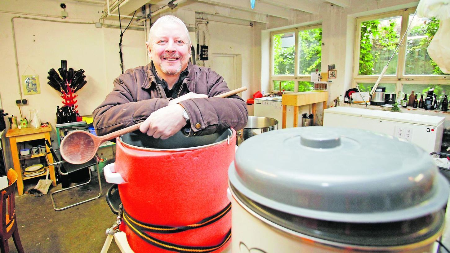 """""""Früher waren die Brauanleitungen vogelwild"""": Peter Stix hat sich seinen Hinterhof-Keller zum Bierbrauen eingerichtet."""