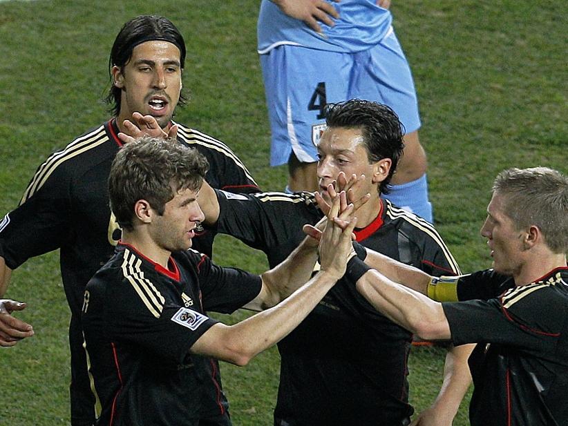 Respekt hat sich die junge Nationalmannschaft bei der Fußball-WM in Südafrika erspielt. Sami Khedira, Thomas Müller, Mesut Özil, Bastian Schweinsteiger (v.l.) und alle anderen im deutschen Team überzeugten besonders gegen England und Argentinien, die beide mit 4:1 an die Wand gespielt wurden. Am Ende reichte es für die Schützlinge von Bundestrainer Joachim Löw zum dritten Platz. Im kleinen Finale gegen Uruguay siegten die Deutschen mit 3:2.