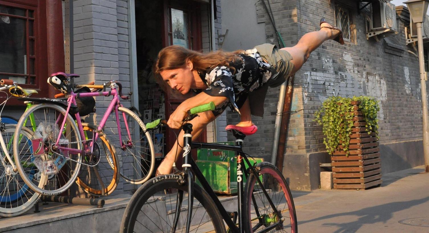 Ines Brunn: gelernte Physikerin, Unternehmerin in Peking, begeisterte Kunstradfahrerin, Stargast am Winterball der Hochschulen.