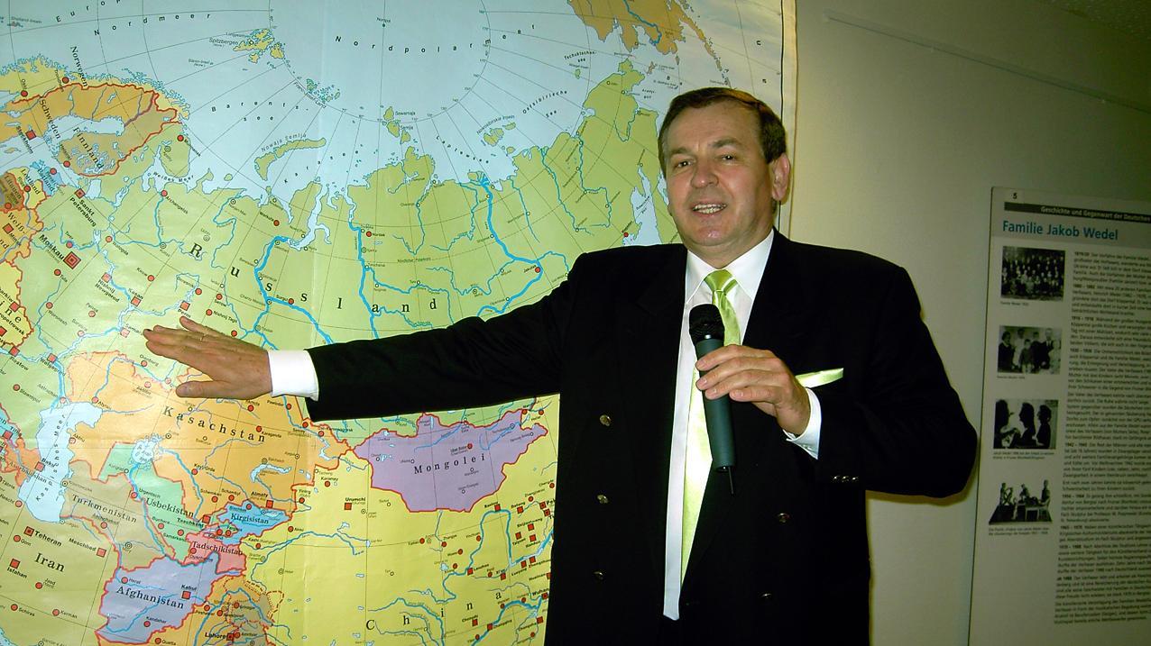 Projektleiter Jakob Fischer, Deutscher aus Kasachstan, führt im Landratsamt am Mittwoch, 21. Januar, 19 Uhr, zur Eröffnung in die Schau über Russlanddeutsche ein.