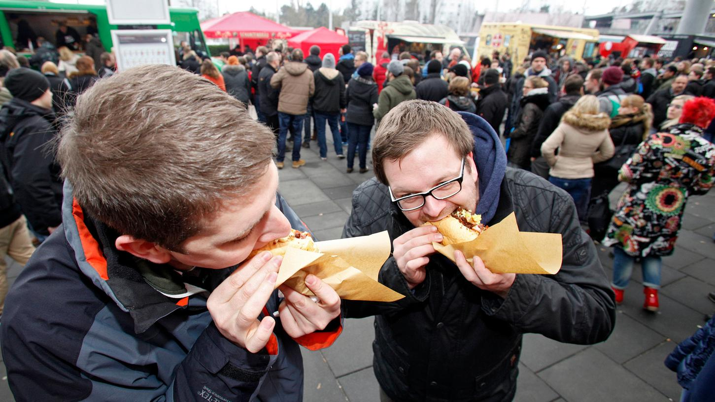 Großer Andrang beim fünften fränkischen Foodtruck Roundup auf dem Messegelände: An den Wägen bilden sich am Mittag lange Schlangen.