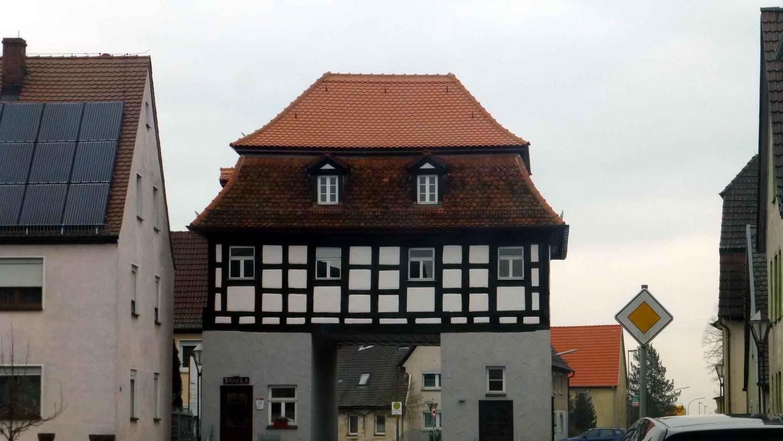 Uehlfeld mit seinem markanten Torhaus gehört ab der Bundestagswahl 2021 zum Wahlkreis Erlangen.