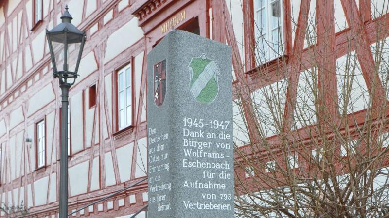 Die Vereinigte Landsmannschaft Wolframs-Eschenbach hatte 2011 diese Stele zum Gedenken an die Ankunft der Heimatvertriebenen neben dem Wolfram-von-Eschenbach-Museum aufgestellt. Die Stadt übernimmt nun die Pflege der Gedenkstele.