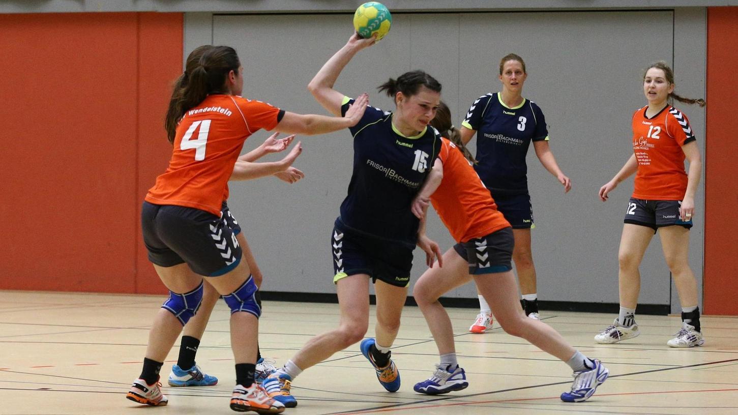 Kaum ein Durchkommen gegen Wendelstein: Roßtals Handballfrauen (blau) hatten am Wochenende weniger Fortune als die Männer.